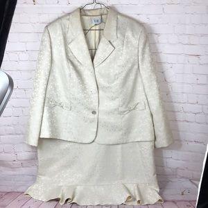 24- LE SUIT Wing Collar Cream Jacquard Skirt Suit